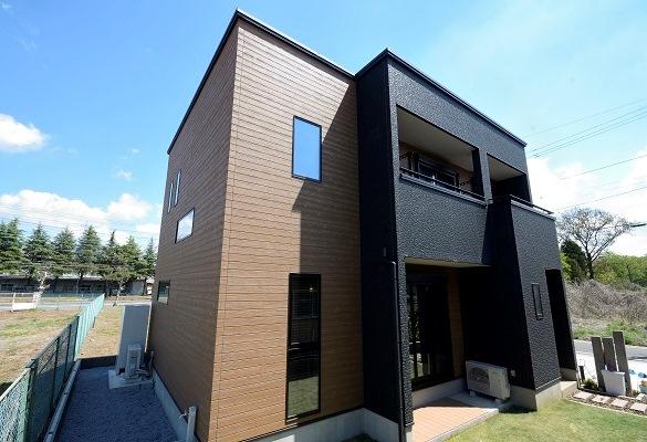 黒と茶色が落ち着いた印象の注文住宅